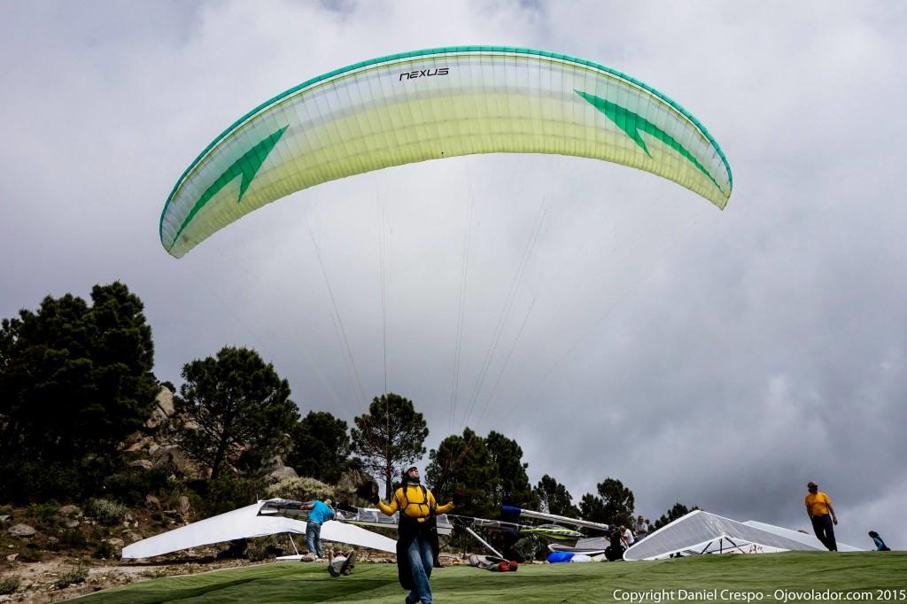 Parapente Swing Nexus en el despegue oeste de Pedro Bernardo. Aterrizaje de precisión.