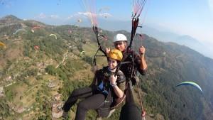 Sebastien Bourquin haciendo un vuelo en parapente biplaza en Pockara Nepal.
