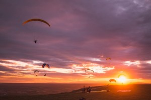 Paragliding at sunset in La Muela de Alarilla, Guadalajara (Spain). Photo: Mario Kranks