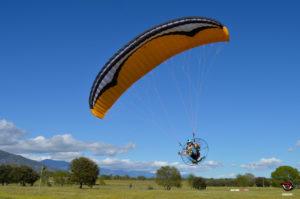 Volando con el paramotor Airfer Explorer y el parapente de iniciación GIN Pegasus