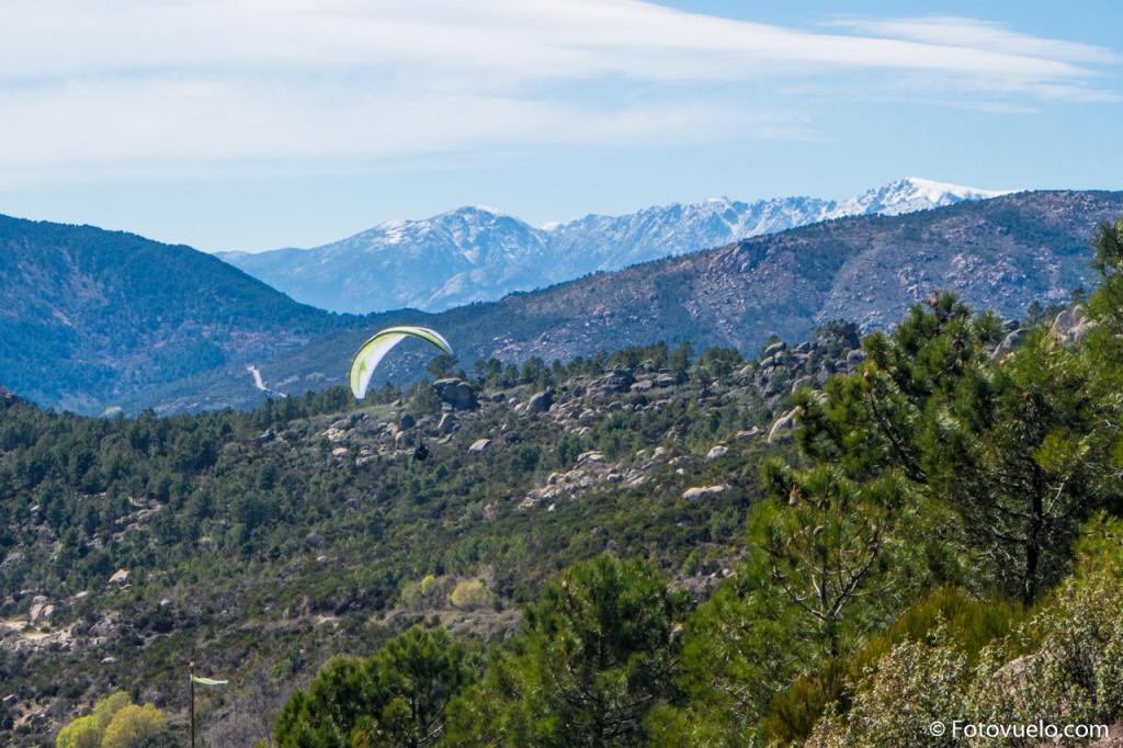 Aprovechando las térmicas de primavera con el parapente Swing Nyos. Al fondo la sierra de Gredos con sus cumbres nevadas.