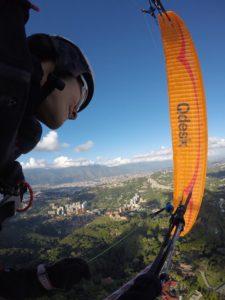 Johanna, vuela desde XX y es una reconocida piloto de competición y XC. En esta foto de archivo la vemos sobrevolando su caracas natal.