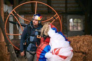 Horacio paramotor con estorninos. Foto:© ESBEN ZØLLNER / Red Bull