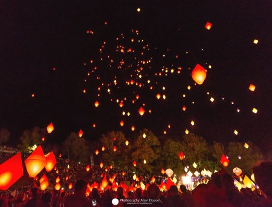 Lit paper balloons. Photo: Instants Sensibles